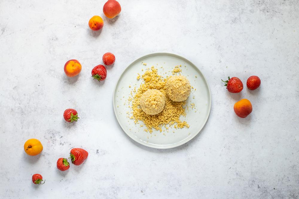 vegane Topfenknödel mit Marillen und Erdbeeren