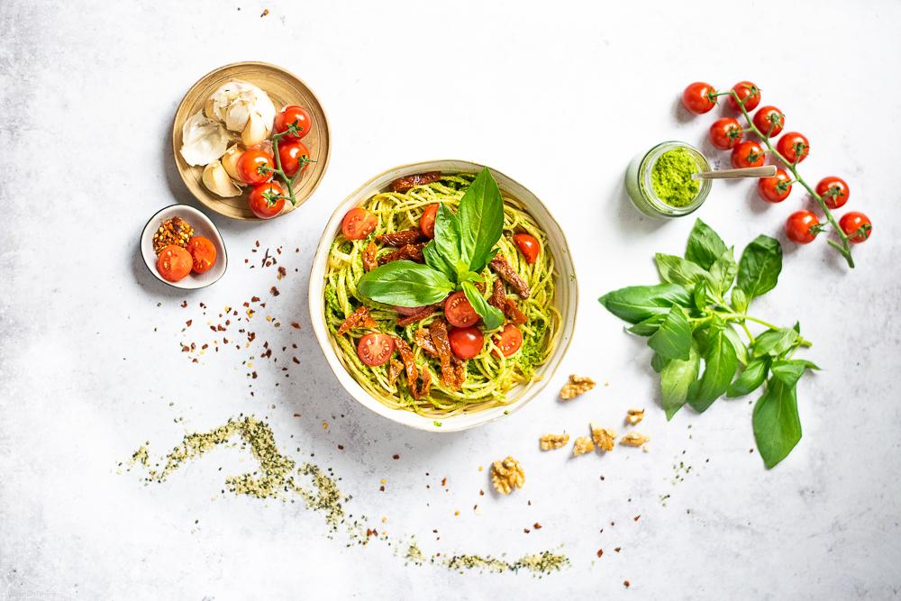Pasta mit Hanf-Pesto und Tomaten